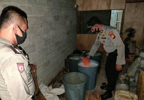 Polsek Rambah Sita 200 Liter Lebih Tuak dari 2 Pabrik Rumahan di Kaiti